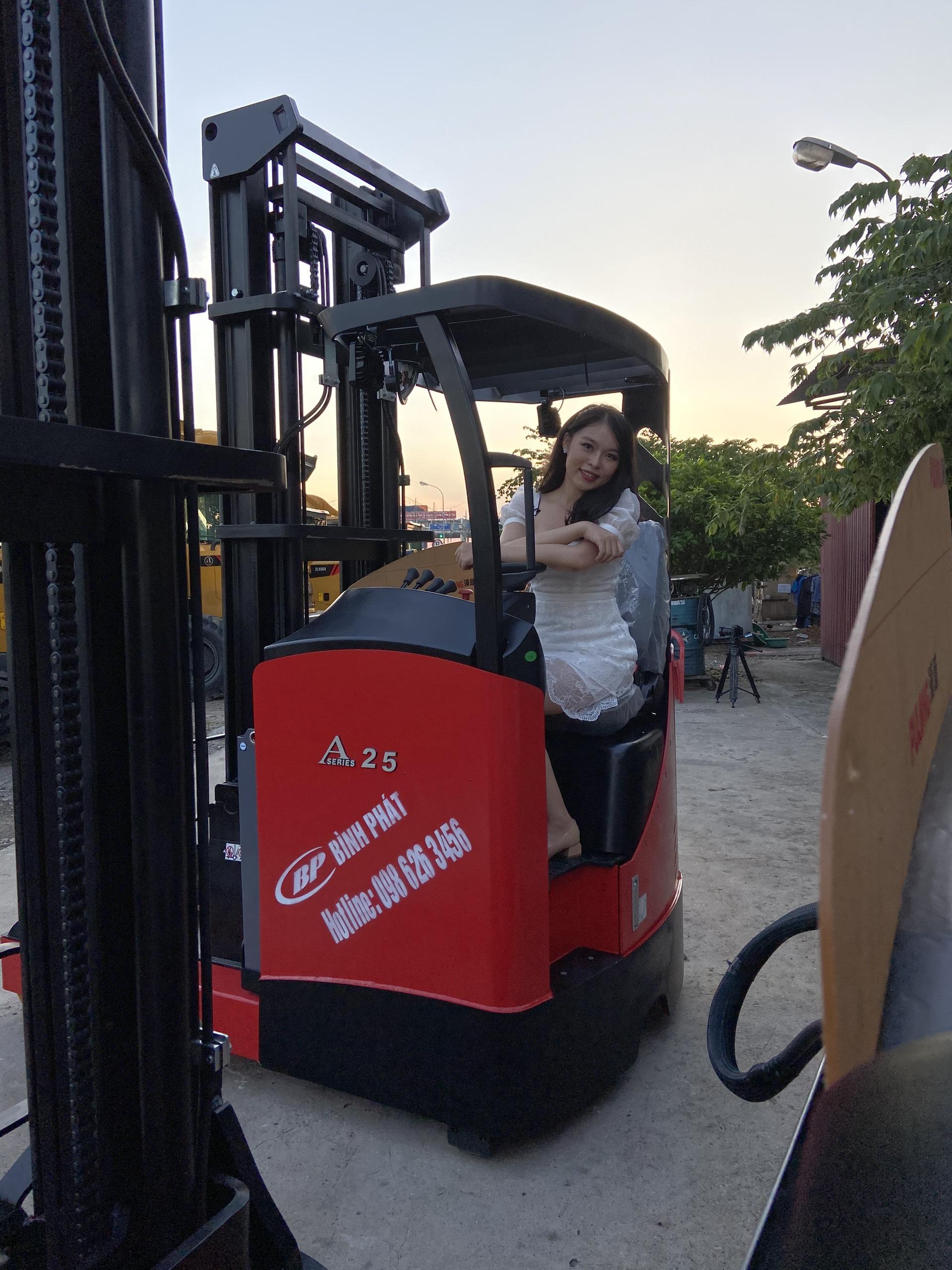 Xe nâng điện đứng lái Reach Truck Maximal 2,5 tấn