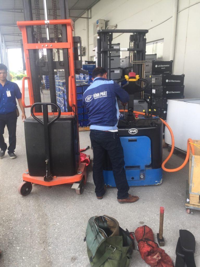 Sửa chữa xe nâng điện Reach Truck BYD
