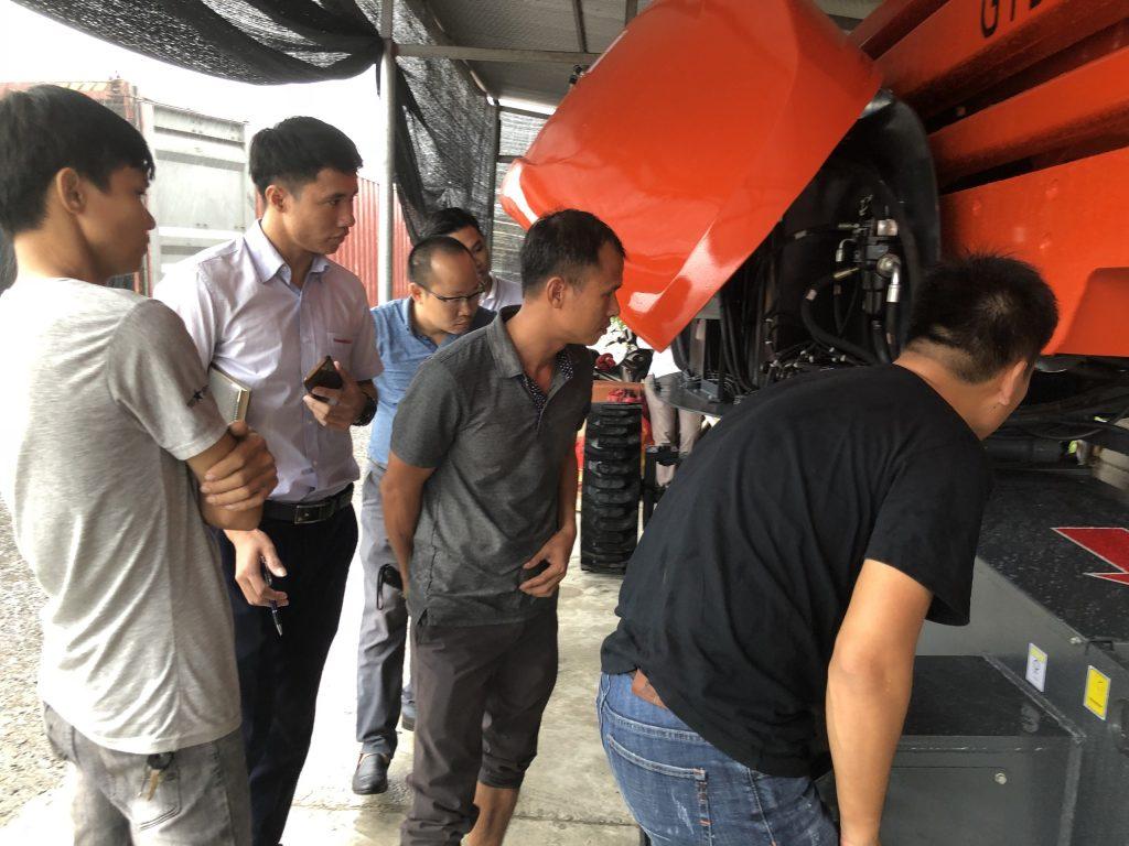 Đào tạo thực tế xe nâng ngườ Niuli