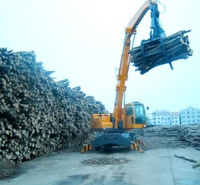Máy xúc đào cần dài gắp gỗ