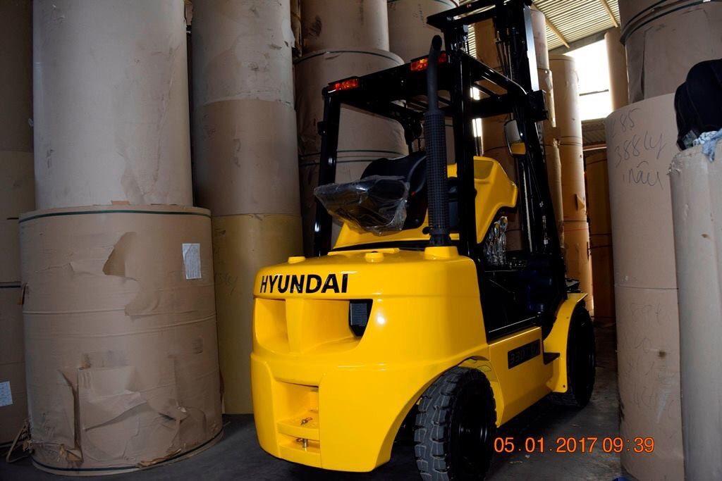 Xe nâng Hyundai trong nhà máy giấy